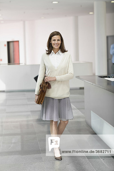 Frau in einer Lobby
