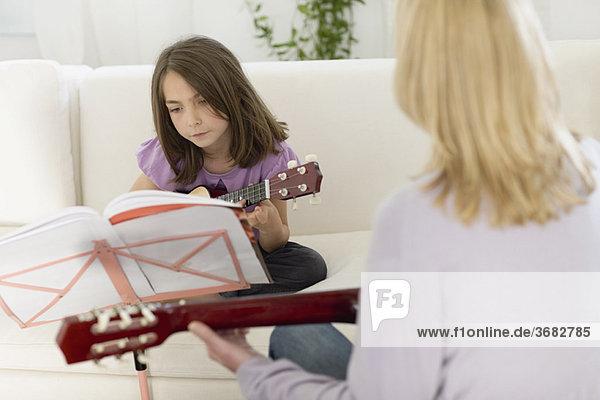 Mädchen beim Gitarrenunterricht