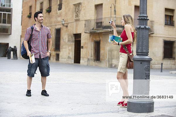 Mann posiert für Urlaubsfoto
