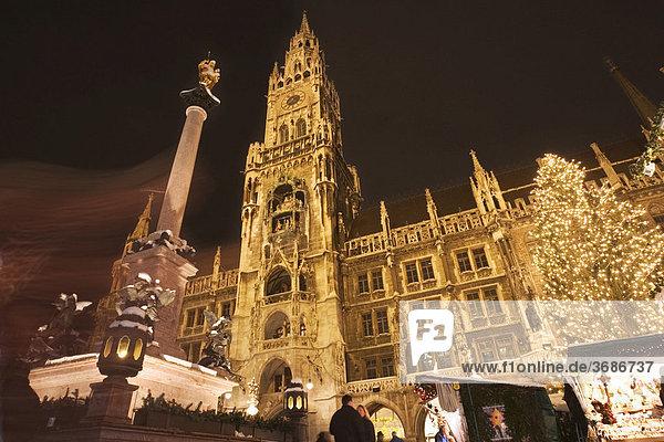 Marienplatz mit Mariensäule und Rathaus zur Weihnachtszeit Oberbayern Deutschland