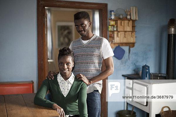 Porträt eines jungen Paares in der heimischen Küche