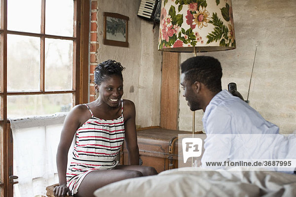 Ein Paar entspannt sich im Schlafzimmer
