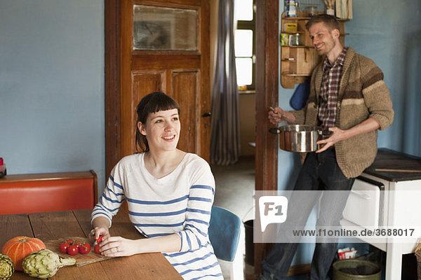 Ein Paar beim Kochen in der heimischen Küche