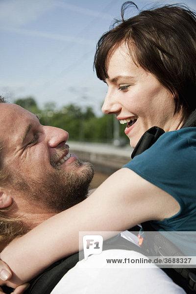 Ein glückliches Paar  das sich umarmt.