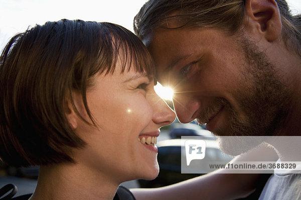 Ein liebevolles junges Paar  von Angesicht zu Angesicht  Nahaufnahme