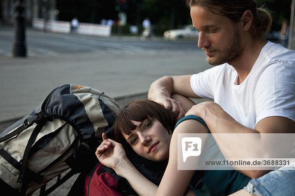 Ein junges Backpacker-Paar ruht sich aus.