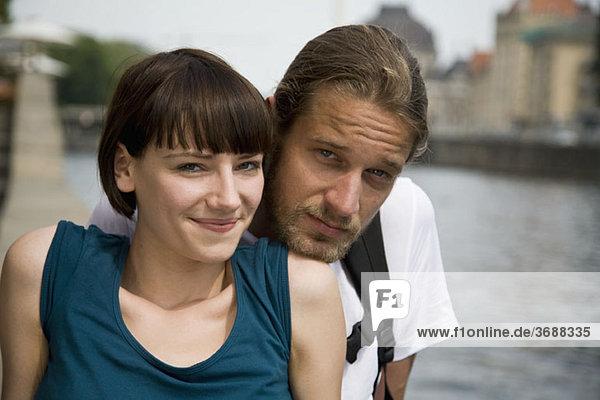 Ein junges Paar entspannt sich am Fluss