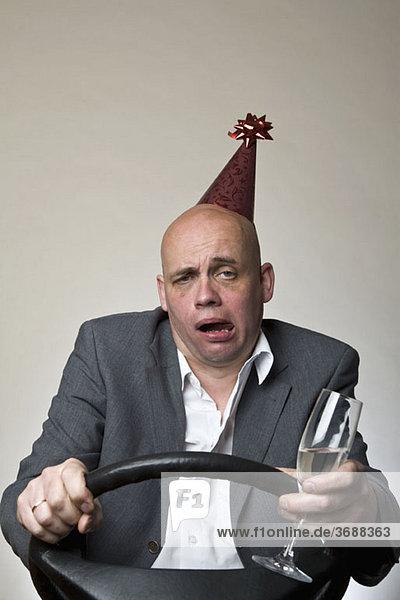 Ein betrunkener Mann hinter dem Lenkrad eines Autos.