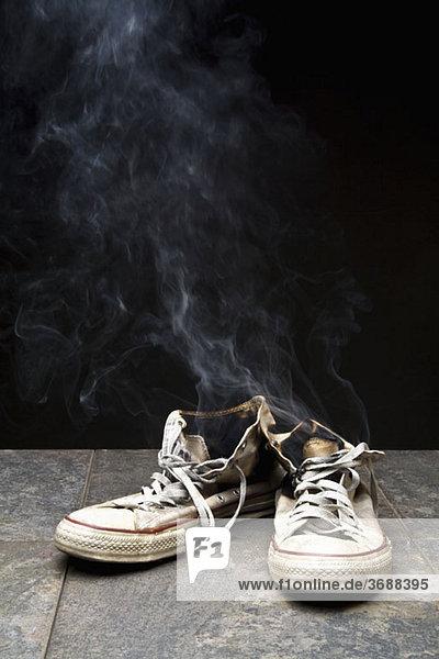 Rauch von verbrannten Leinenschuhen