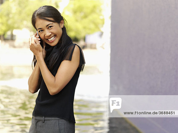 Eine Geschäftsfrau mit einem Mobiltelefon