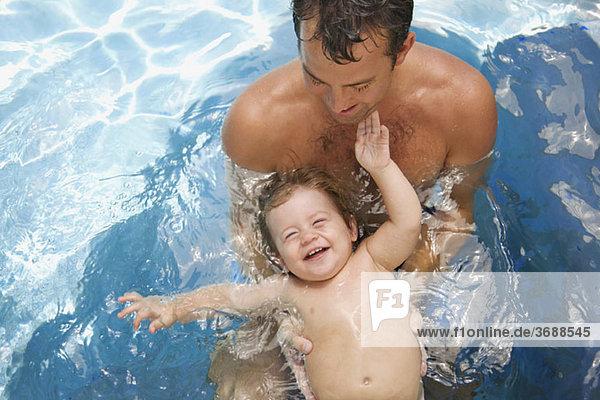 Ein Mann und ein kleiner Junge in einem Schwimmbad
