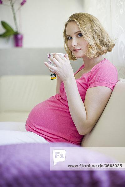 Frau Schwangerschaft trinken Tee