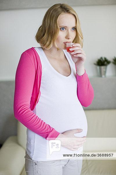 Frau Gesundheitspflege Schwangerschaft trinken