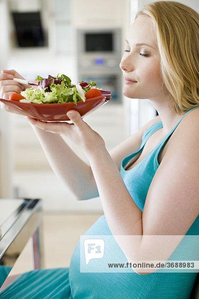 Frau Salat Schwangerschaft essen essend isst