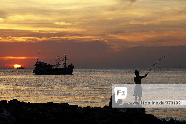 Abendstimmung am Strand von Phu Quoc mit Anglern und Fischerbooten  Vietnam  Südostasien
