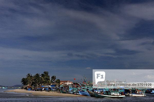 Fischerboote im Hafen von Phu Quoc  Vietnam  Südostasien