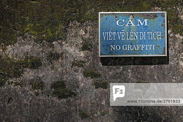 Ein Schild No Graffiti an der Mauer des Kaiserpalastes in Hue  Vietnam  Südostasien