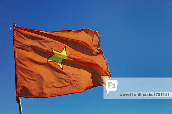 Eine vietnamesische Fahne im Wind  Vietnam  Südostasien