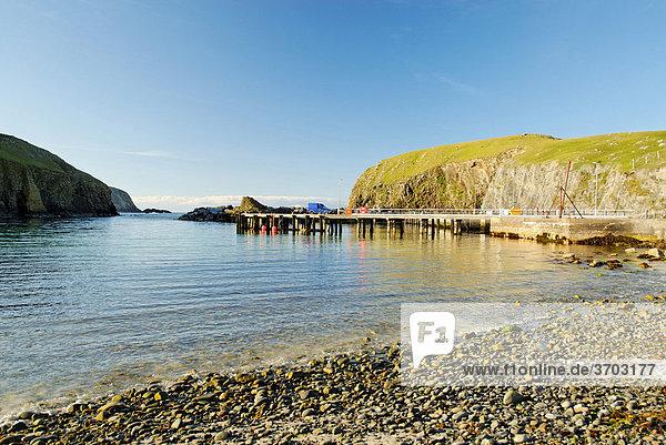 Nordhafen mit Kiesstrand von Fair Isle  Shetlands  Schottland  Großbritannien  Europa