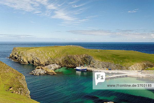 Blick auf den North Haven mit der Fähre Good Shepherd IV  Fair Isle  Shetlands  Schottland  Großbritannien  Europa