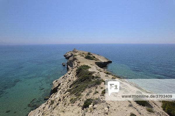 Das Kap  auf der linken Seite befinden sich die Höhlenkirchen  Kap Fo_rni  Rhodos  Griechenland  Europa