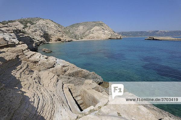 Aus dem Fels geschlagenenes Becken mit unterirdischer Verbindung zum Meer  vielleicht als Fischbecken genutzt  Kap Fo_rni  Rhodos  Griechenland  Europa