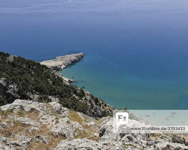 Blick auf den Strand und die Bucht von Tsambikas  Iera Moni Panagias Tsambikas Kyras  Rhodos  Griechenland  Europa