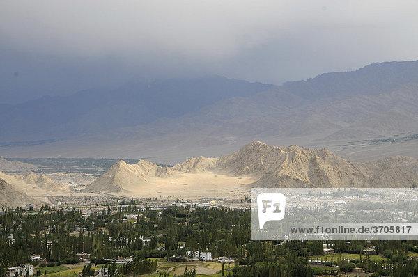 Regen in der Gebirgswüste und Oase Leh  Ladakh  Indien  Asien