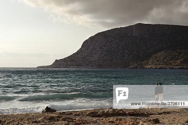Paar schaut auf das Meer  Adia Bucht  Insel Karpathos  Ägäische Inseln  Ägäis  Dodekanes  Griechenland  Europa