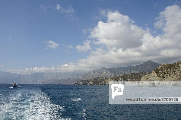 Ausflugsboot vor der Ostküste  Insel Karpathos  Ägäische Inseln  Ägäis  Dodekanes  Griechenland  Europa