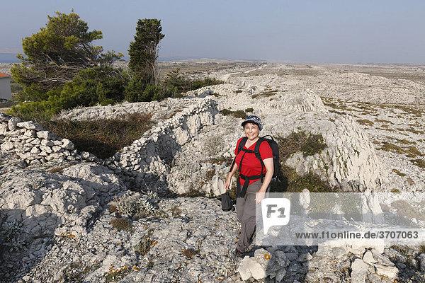 Wandernde Frau mit Rucksack bei Smokvica  Insel Pag  Dalmatien  Adria  Kroatien  Europa