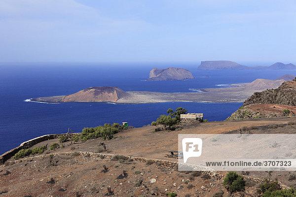 Blick von Risco de Famara,  Mirador del Bosquecillo,  hinten Inseln La Graciosa,  MontaÒa Clara und Alegranza,  Lanzarote,  Kanaren,  Kanarische Inseln,  Spanien,  Europa