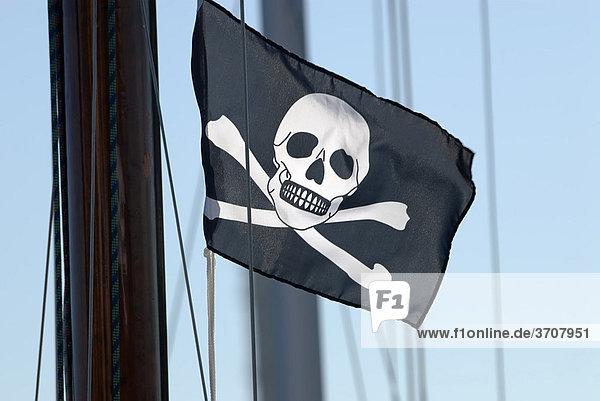 Piratenflagge  Piratenfahne  Jolly Roger  Black Jack  schwarze Flagge mit Totenkopf  darunter zwei gekreuzte Knochen