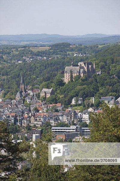 Blick auf Marburg an der Lahn mit der Altstadt  hinten das Landgrafenschloss  Universitätsmuseum für Kulturgeschichte  Lutherkirche  Marburg  Hessen  Deutschland  Europa