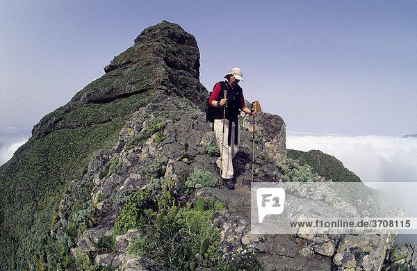 Wanderin beim Abstieg vom Roque de Taborno  Taborno  Teneriffa  Kanarische Inseln  Spanien  Europa
