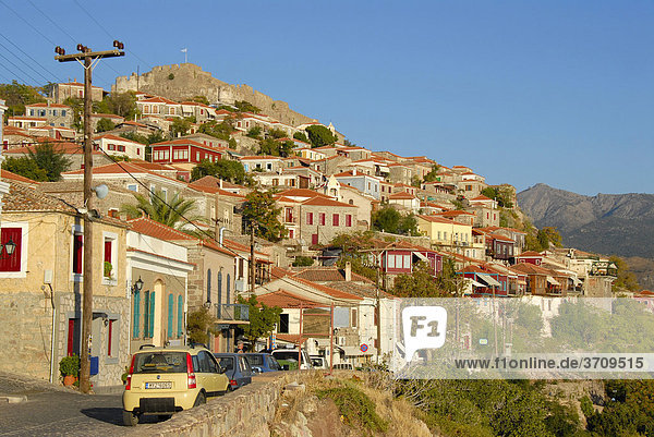 Hübsch sanierte Altstadt mit Festung  Mithymna  Molyvos  Molivos  Lesbos  Ägäis  Griechenland  Europa