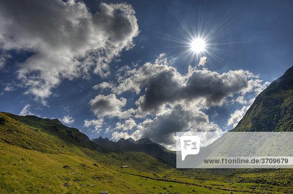 Sonniges Hochtal im Gegenlicht  Gaschurn  Montafon  Vorarlberg  Österreich  Europa