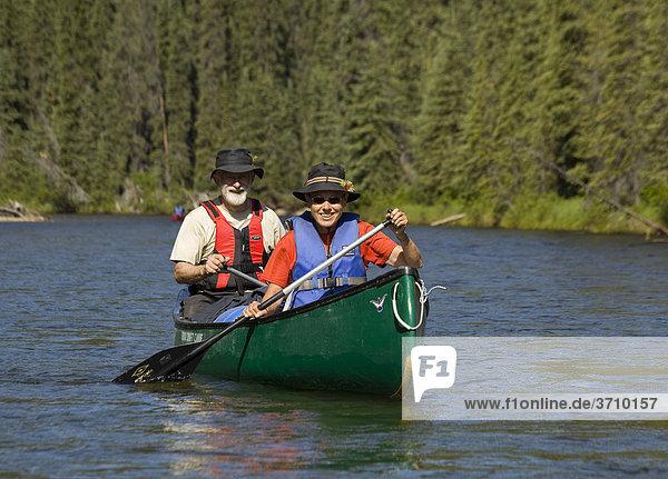 Paar  Mann und Frau  fahren Kanu  paddeln  oberer Liard River Fluss  Caribou Creek  Yukon Territory  Kanada