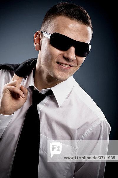 Junger Mann mit Sonnenbrille  Portrait