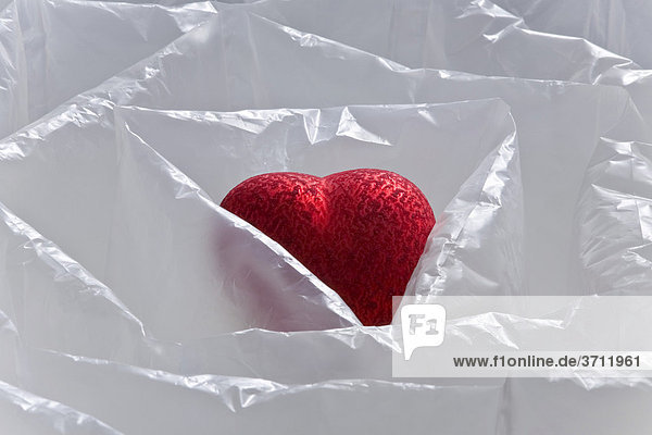 Herz in Luftkissen  geschützt  zerbrechlich  empfindlich  sensibel  verletzlich