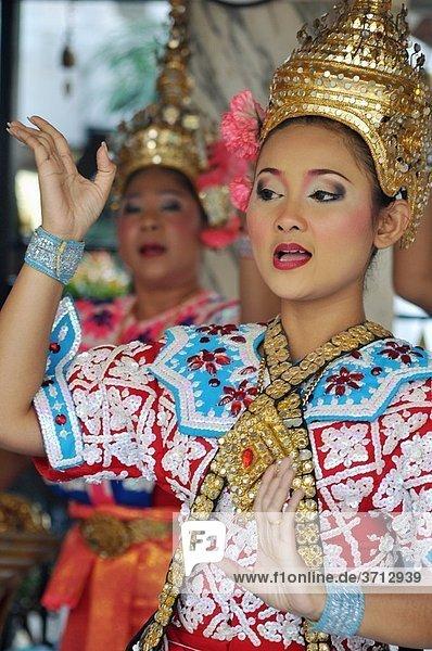 Bangkok (Thailand): traditional Thai dancers at the Erawan Shrine