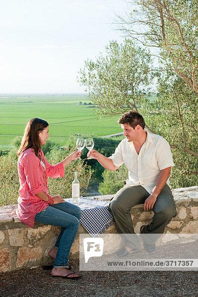 junges romantisches Paar mit Wein