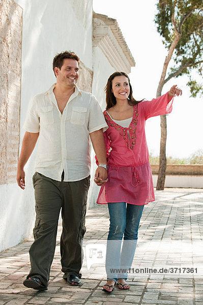 Junges Paar beim Wandern im Urlaub