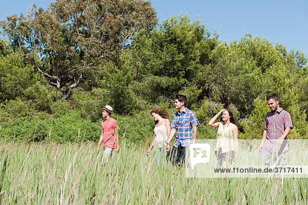 Jungen Freunde zu Fuß durch Feld