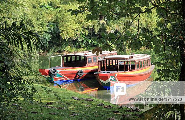 Touristenboote auf dem See in Singapur