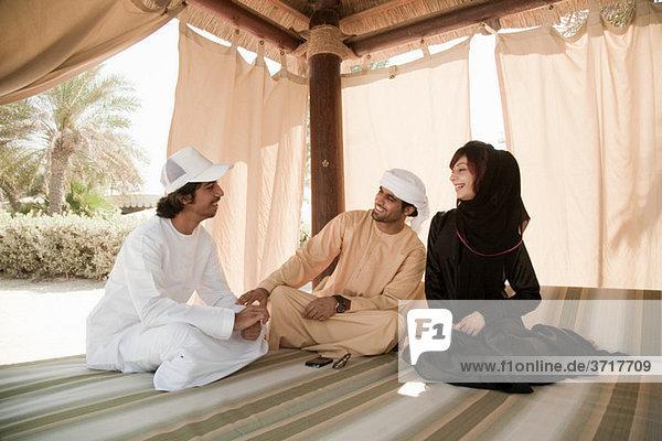 Menschen im mittleren Osten sitzen auf dem Bett