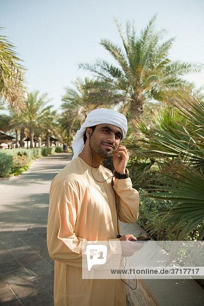 Nahöstlichen Mann Musikhören auf Handy