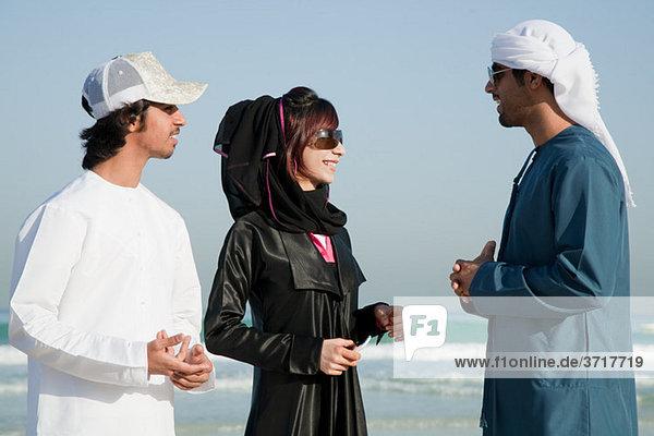Menschen im mittleren Osten am Strand