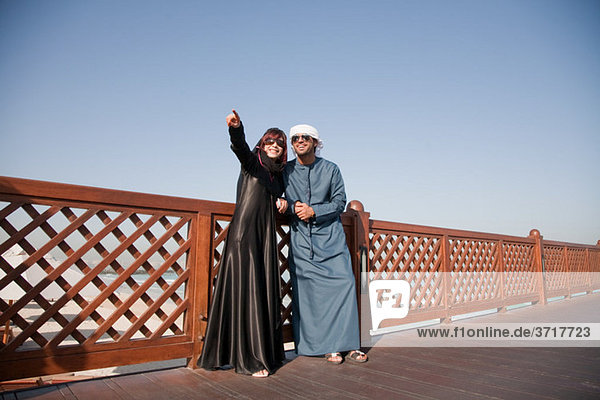 Menschen im mittleren Osten und Zaun  Außenaufnahme
