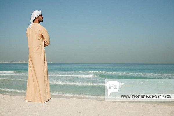 Mann aus dem Nahen Osten mit Blick aufs Meer  Porträt